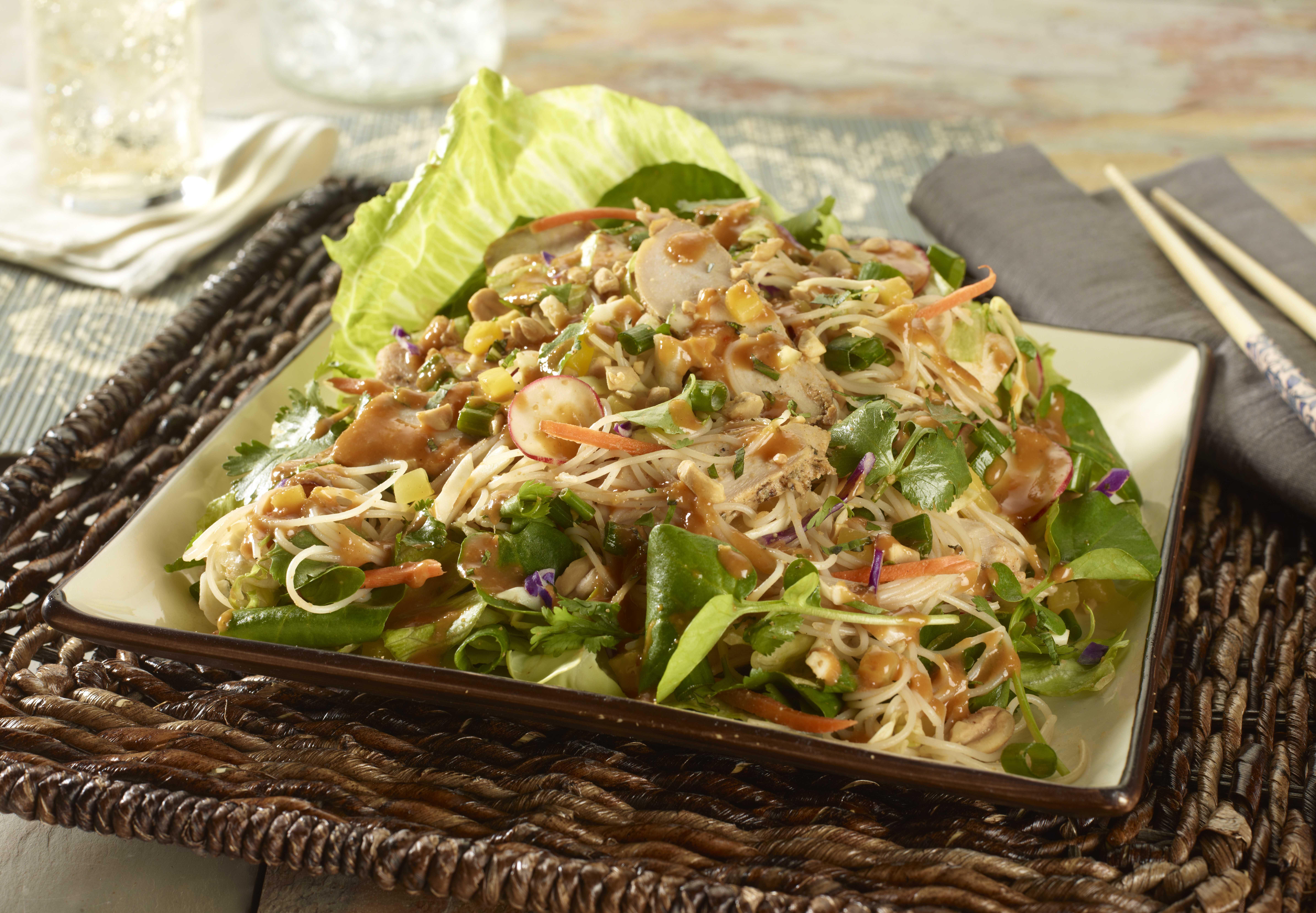 Thai Chicken Noodle Salad: Pechuga de pollo marinada, combinada con ...